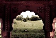 Krishna-Dorf und irgendein traditioneller verzierter Torbogen stockfotografie