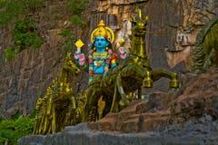 Krishna Hindu-godsstandbeeld met gouden paarden in Batu-Holen Gombak royalty-vrije stock fotografie