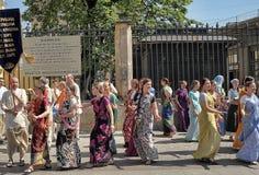 Krishnaites с песнями и танцами на улице в центре  Стоковые Изображения