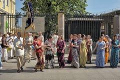 Krishnaites с песнями и танцами на улице в центре  Стоковое Изображение RF