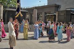 Krishnaites с песнями и танцами на улице в центре  Стоковое Фото