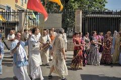 Krishnaites с песнями и танцами на улице в центре  Стоковые Фото