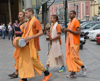 Krishnaites va abajo de la calle Praga, la República Checa Imagen de archivo