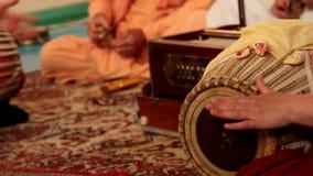 Krishnaspelen op Indische muzikale geestelijke instrumenten stock videobeelden