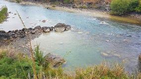 Kristal blauw Water in Nieuw Zeeland op Roadtrip royalty-vrije stock afbeelding