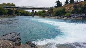 Kristal blauwe stroom in Nieuw Zeeland op Roadtrip stock foto