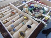 Kristal en geestelijke juwelen in doos 2 royalty-vrije stock afbeeldingen