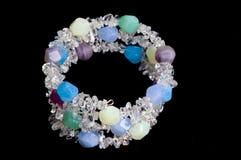 Kristal en Multi gekleurde parelarmband Stock Fotografie