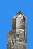 Kristal op blauwe achtergrond stock afbeeldingen
