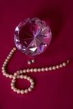 Kristal, pareloorringen en halsband Stock Foto