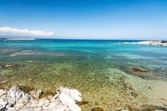 Kristal turkooise stranden van Griekenland Sithonia stock afbeelding