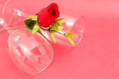Kristalglazen en rozen Stock Foto