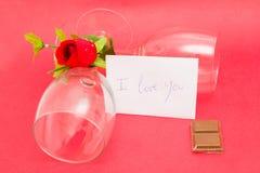 Kristalglazen en rozen Stock Foto's