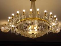 Kristalkroonluchter het hangen van het plafond binnen van het onafhankelijkheidspaleis Royalty-vrije Stock Foto