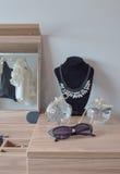 Kristalkruiken en halsband op houten toilettafel royalty-vrije stock foto's