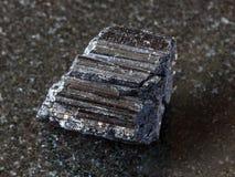 Kristall av den svarta tourmalinen Schorl på mörker Arkivbilder