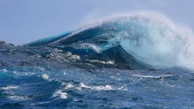 Kristall-blauer tropischer Meereswoge Lizenzfreies Stockfoto