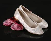 Kristalle bedeckten die beige und roten flachen Schuhe mit einer Kruste Lizenzfreie Stockfotos