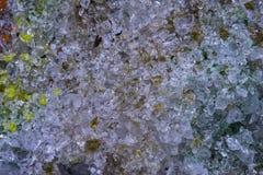 Kristalle des zerbrochenen Glases in der Makronahaufnahme, in einem Muster des Glassplitters groß als Hintergrund oder in der Bes lizenzfreie stockfotos