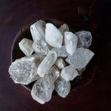 Kristalle in einer Schüssel Stockbild