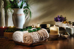 Kristalledelsteine auf Weiß und Brown-Tücher in einem Badekurort Stockfotografie