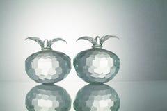 Kristallen bär frukt med reflexion på vit upplyst bakgrund Fotografering för Bildbyråer