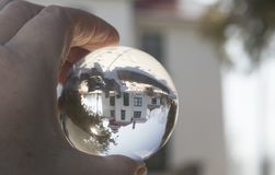 Kristallen bol die op de historische Vuurtoren van Grand Traverse, Trav wijzen Royalty-vrije Stock Foto