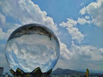 Kristallen bol die op de stadshemel, mooie wolken wijzen royalty-vrije stock foto