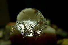 Kristallen bol op een Fontein Stock Afbeelding