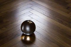Kristallen bol op houten vloer Royalty-vrije Stock Afbeelding