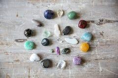 Kristallen op een houten raad royalty-vrije stock foto's