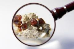 Kristallen van granaatmineraal Stock Foto's