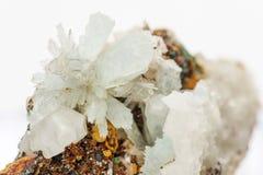 Kristallen van hemimorphite op de matrijs stock afbeeldingen
