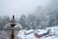 Kristallen van Sneeuw over Gouden Lamp met Aan de gang zijnde Sneeuwdaling - Sneeuwdeeltjes in Lucht stock foto's