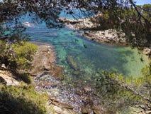 Kristallenes Meer zwischen den Bäumen und den Felsen lizenzfreies stockfoto