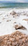 Kristallenes Salz auf Strand von Totem Meer Stockfotos