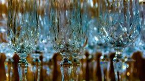 Kristallexponeringsglas i reflekterat ljus med en suddig bakgrund royaltyfri foto