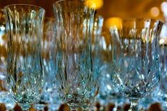 Kristallexponeringsglas i reflekterat ljus med en suddig bakgrund royaltyfri fotografi
