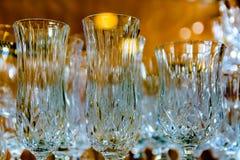 Kristallexponeringsglas i reflekterat ljus med en suddig bakgrund royaltyfria bilder