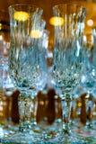 Kristallexponeringsglas i reflekterat ljus med en suddig bakgrund arkivbild