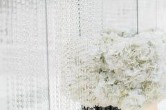 Kristallgarneringar för den gifta sig ceremonin, lyxig dekor Härlig båge som dekoreras med kedjor med genomskinligt arkivbild