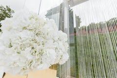 Kristallgarneringar för den gifta sig ceremonin, lyxig dekor Härlig båge som dekoreras med kedjor med genomskinligt royaltyfri foto