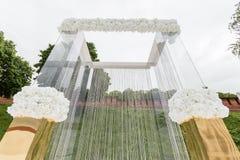 Kristallgarneringar för den gifta sig ceremonin, lyxig dekor Härlig båge som dekoreras med kedjor med genomskinligt arkivfoton