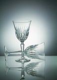 Kristallgläser mit Reflexion auf Weiß belichteten Hintergrund Stockbild