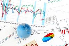 Kristallglobales auf Finanzdiagramm Lizenzfreie Stockfotos
