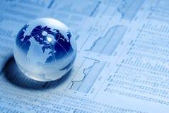 Kristallglobales auf Finanzdiagramm Stockbild