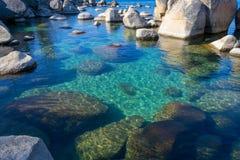 Kristallijn water bij Zandhaven in Meer Tahoe stock afbeeldingen