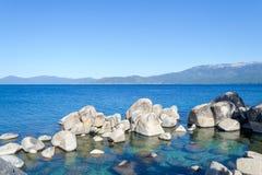 Kristallijn water bij Zandhaven in Meer Tahoe stock foto