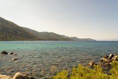 Kristallijn water bij Zandhaven in Meer Tahoe royalty-vrije stock foto's