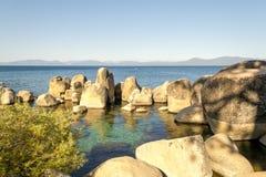 Kristallijn water bij Zandhaven in Meer Tahoe stock afbeelding